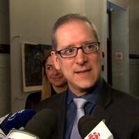 Patrick Voyer lors d'une mêlée de presse dans les couloirs de l'hôtel de ville de Québec.
