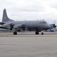 Un avion de patrouille photographié sur un aéroport militaire.