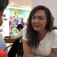 Pauline Ngarmpring a les traits d'une femme. Les cheveux longs, son bras gauche est tatoué. Sur la photo, elle s'entretient avec notre journaliste, Anyck Béraud.
