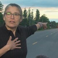 Pauline Young a la main sur le coeur et pointe en direction du lieu où Rodney Levi a perdu la vie vendredi.