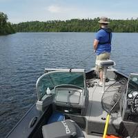 Un pêcheur dans la région de Fort Frances