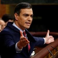 Pedro Sanchez, les bras ouverts, au Parlement.