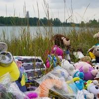 Des fleurs, des bougies et des jouets en peluche s'entassent sur les lieux du drame.