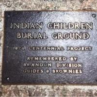 Une plaque datant de 1970 avec l'inscription en anglais : lieu de sépulture d'enfants autochtones.