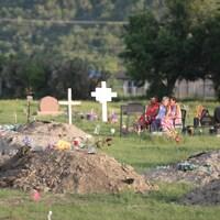 Certaines des tombes près de l'ancien pensionnat pour Autochtones de Marieval, en Saskatchewan.