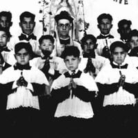 Une photo en noir et blanc d'enfants de chœur.