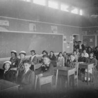 Des élèves dans une salle de classe du pensionnat de l'île Kuper.