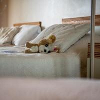 une peluche sur un lit dans un hotel.
