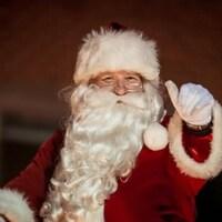 Père Noël saluant la foule.