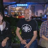 Trois membres de la communauté des utilisateurs de drogues de Toronto discutent au centre-ville de la métropole.