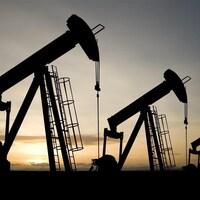 Des puits de pétrole.