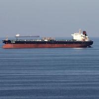 Un grand pétrolier vogue sur l'eau.