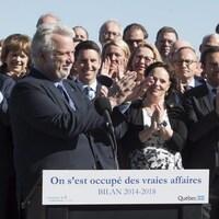 Philippe Couillard applaudit, à l'instar de nombreux députés libéraux prenant place derrière lui, dont Carlos Leitao, Hélène David, André Fortin, Lucie Charlebois ,Lise Thériault, Martin Coiteux et Stéphanie Vallée.