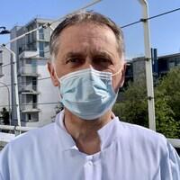 Un médecin porte un masque protecteur.