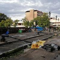 Des lampadaires pliés au sol par le typhon.