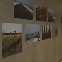 Une vingtaine de photos sur un mur de béton dans le hall de la salle de spectacle de Gaspé.