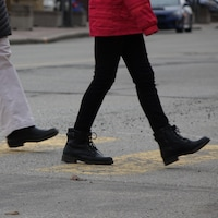 jambes et pieds qui marchent
