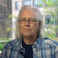L'auteur-compositeur-interprète Pierre Robichaud en entrevue.