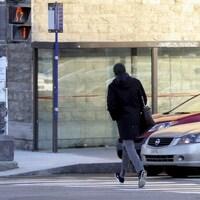 Un piéton traverse la rue en courant.