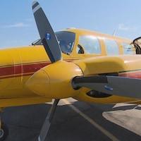 Un avion jaune sur une piste d'atterrissage