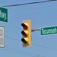 Des panneaux indiquant le nom des routes.
