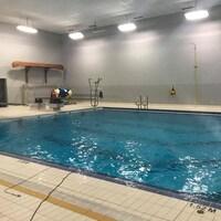 Une piscine d'école secondaire.