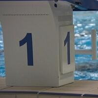 Une personne nage dans une piscine intérieure d'Arvida.