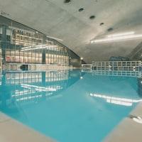 Plan large d'une piscine intérieure vide