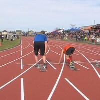 Des sprinteurs à la ligne de départ.