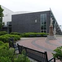 Un parc enserré par des bâtiment su centre-ville de Rimouski