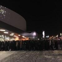 Une foule massée devant l'entrée de la Place Bell.