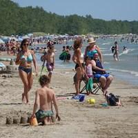 De nombreuses personnes sur la plage.