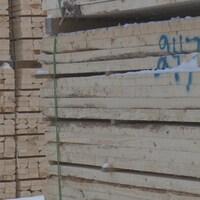 Des planches sciées à l'usine de Cap-Chat du Groupe Lebel