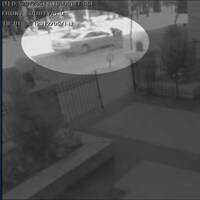 Capture d'écran d'une caméra de surveillance sur laquelle on voit une voiture et un homme proche du véhicule.