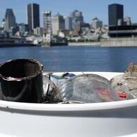 Des déchets recueillis sur les berges du fleuve Saint-Laurent, à Montréal.