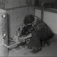 Un plombier qui installe un chauffe-eau