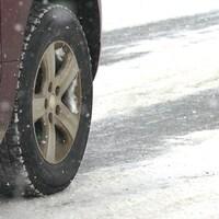 Une roue d'automobile sur la neige