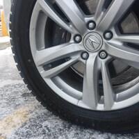Un pneu de voiture sur de la neige.