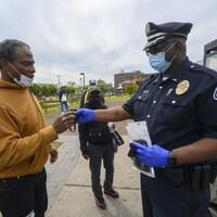 Un citoyen et un policier discutent.