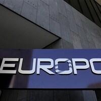 Un panneau sur lequel il est écrit « Europol » à l'entrée d'un bâtiment.
