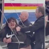Deux images tirées d'une vidéo et montrant Cheyenne Rich saisie par des policiers.