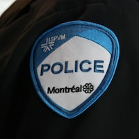 L'écusson du Service de police de la Ville de Montréal, sur la manche de l'uniforme d'un policier.