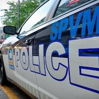 Un véhicule de police dans les rues de Montréal.
