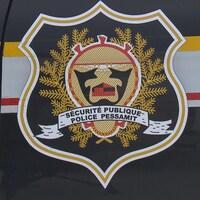 L'emblème du service de police de la communauté autochtone de Pessamit.