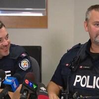 Le portrait de deux policiers