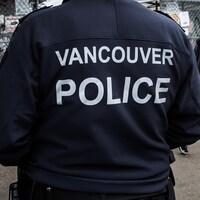 Un policier de Vancouver vu de dos.