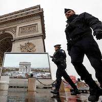 Une patrouille de la police française sur la place de la Concorde à Paris