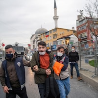 La police turque arrête un homme à l'entrée de l'université Bogazici à Isanbul,