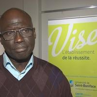 Mamadou Ka debout dans un corridor.
