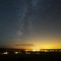 Un ciel étoilé et de fortes lumières au-dessus des villes.
